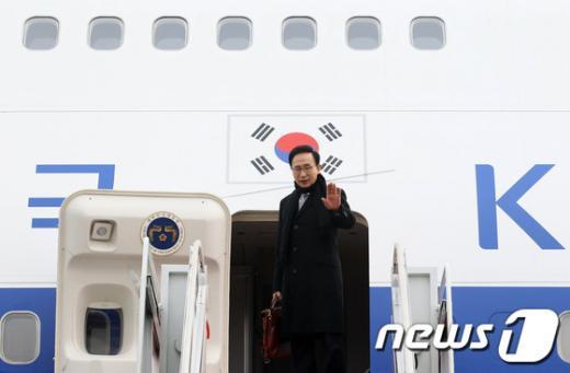 한중 수교 20주년을 맞아 사흘간의 일정으로 중국을 국빈 방문하는 이명박 대통령이 1월 9일 오전 경기 성남시 서울공항에서 출국전 인사를 하고 있다.(청와대 제공)  News1 오대일 기자