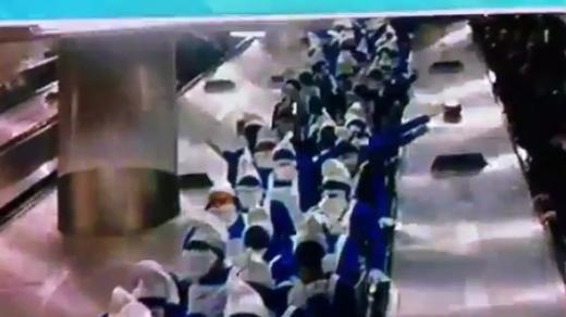 킹스 크로스 역에 등장한 스머프들. 하틀리풀 유나이티드의 축구팬들이다. (유튜브)  News1
