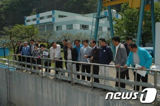 경남 함안군 의회 의원들이 임시회기간 동안 환경기초시설을 둘러보고 있다. (함안군의회 제공)  News1