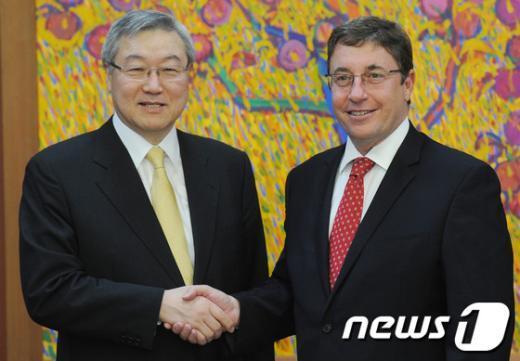 [사진]악수하는 김성환 장관-아킴 스타이너 UNEP사무총장
