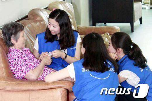 경남은행봉사대원들이 노인복지시설을 방문해 봉사활동을 펼치고 있다.(사진제공=경남은행) News1