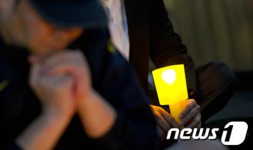 [사진]美쇠고기 수입중단 촛불 밝힌 시민들