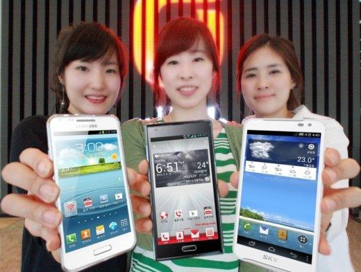 ↑KT가 5월중 출시하는 LTE 신제품 3종. 왼쪽부터 삼성전자 신제품, 옵티머스 LTE2, 베가레이서2.