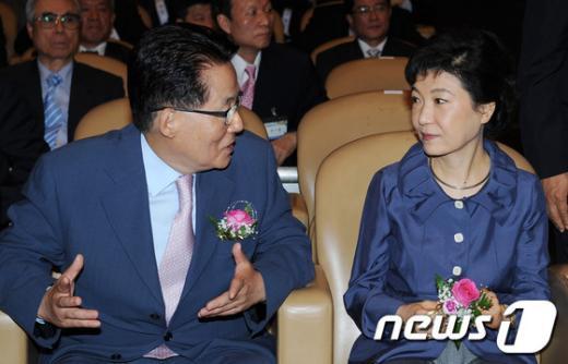 [사진]대화하는 박근혜-박지원