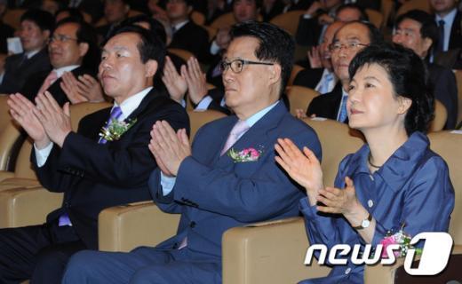 [사진]박수치는 박근혜-박지원-이인제