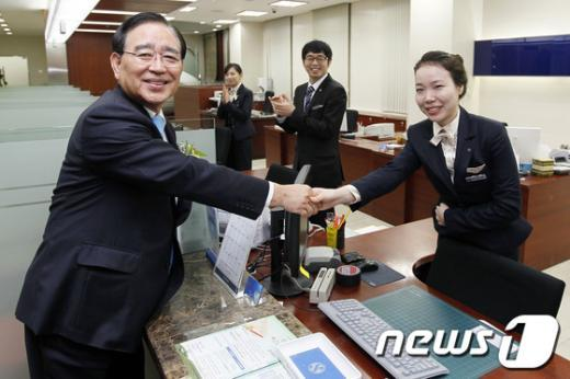 한동우 신한금융지주 회장(왼쪽) . News1