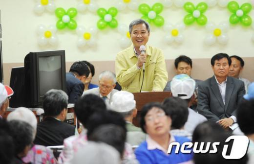 10일 경로잔치에 참석한 곽상욱 오산시장이 어르신들의 건강을 기원하면 인사말을 하고 있다./사진제공=오산시 News1