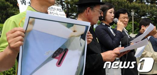 [사진]양승태 대법원장과 김능환 중앙선관위원장 사퇴 촉구 기자회견