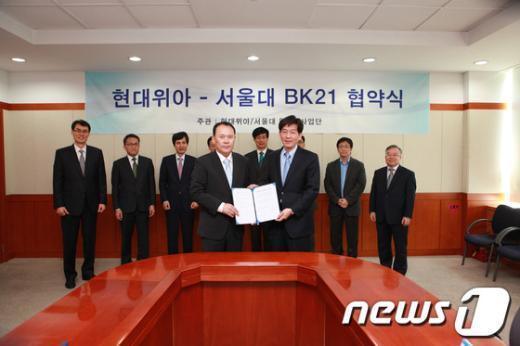 배인규 현대위아 대표이사(왼쪽)와 주종남 서울대 기계항공공학부 BK21 단장이 10 일 산학 협약을 체결한 후 기념촬영하고 있다.(현대위아 제공) News1