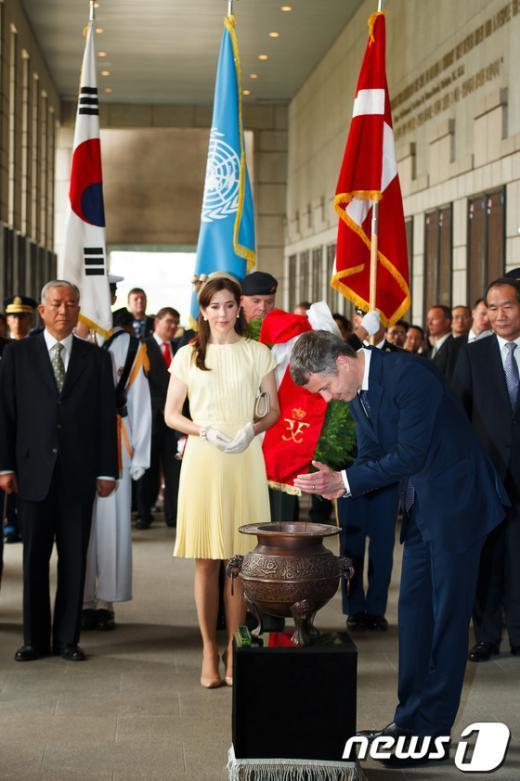 [사진]분향하는 프레데릭 덴마크 왕세자
