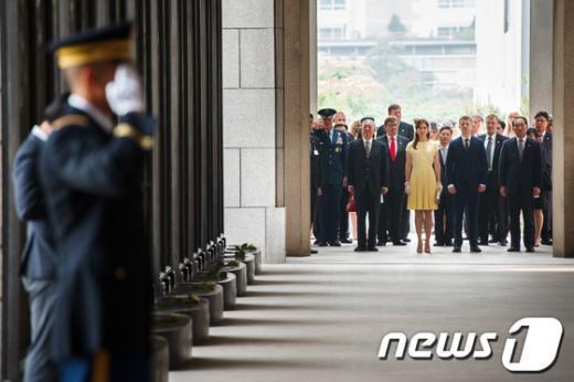 [사진]전쟁기념관 들어서는 덴마크 왕세자 부부