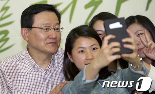 [사진]지경부 장관의 셀카 삼매경
