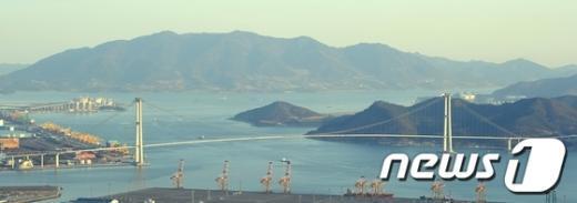 광양시 황길동 봉화산에서 본 이순신 대교. News1