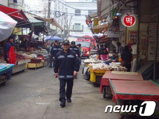 인천남동경찰서 소방관들이 화재발생시 소방차 진입이 어려운 구월시장을 찾아 '소방차출동로 확보 훈련'을 하고 있다.   News1