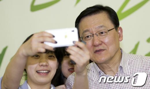 [사진]홍석우 장관 '셀카는 아직 어색해'