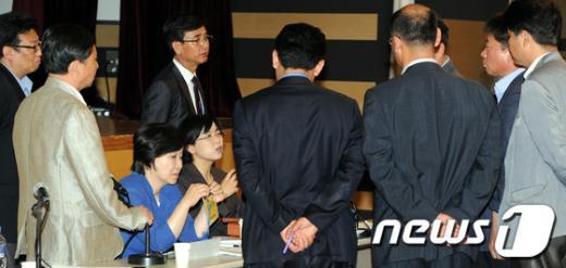 [사진]논의하는 통합진보당 공동대표들과 운영위원들