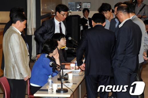 [사진]논의하는 공동대표단과 운영위원들