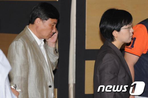 [사진]전국운영위 정회,회의장 나서는 이정희-조준호 대표