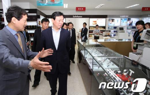 [사진]신동빈 회장, 롯데여수엑스포면세점 방문