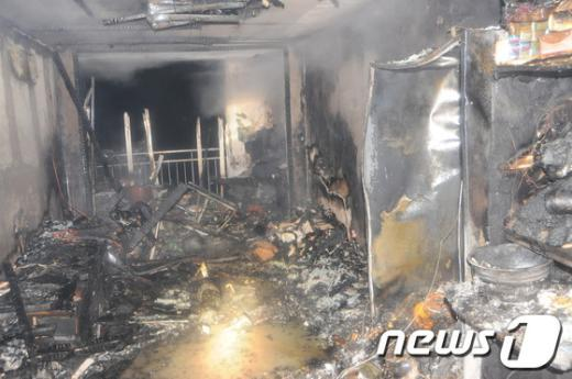 12일 오전 3시31분께 울산 울주군 범서읍 구영리 한 아파트에서 불이 나 9,00만원의 재산피해를 내고 38분만에 꺼졌다. 아파트 내부가 완전히 탄 모습. (울산시소방본부 제공) @News1