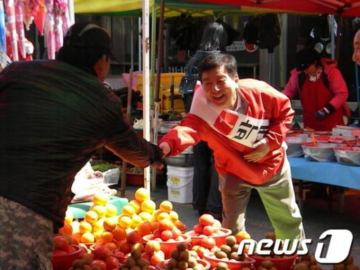 지난 총선 당시 북구 유권자들과 만나고 있는 박 당선자.  News1