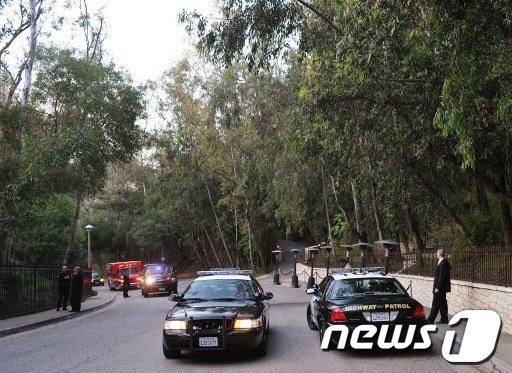 헐리우드 영화배우 조지 클루니의 로스엔젤레스 저택에서 11일(현지시간) 버락 오바마 미국 대통령의 선거자금 모금행사가 열렸다. 행사 전 저택 앞에 경찰차가 서 있는 모습이 보인다.  AFP=News1