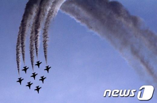 [사진]파란 여수하늘 가르는 블랙이글스