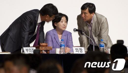 [사진]계속되는 회의진통에 정례선언한 통진당 대표단