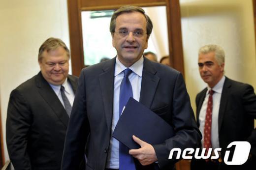 안토니스 사마라스 그리스 신민당 대표(중앙)가 11일(현지시간) 에반겔로스 베니젤로스 사회당 대표(왼쪽)와의 회담 후 회의장에서 떠나고 있다. 두 당은 이날 연정에 대한 논의를 벌였지만 성과 없이 끝났다.  AFP=News1