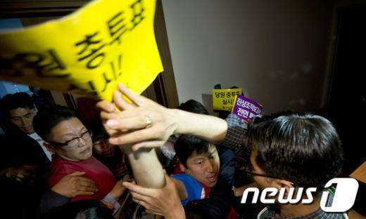 [사진]중앙위원석 진입 시도하는 당원들