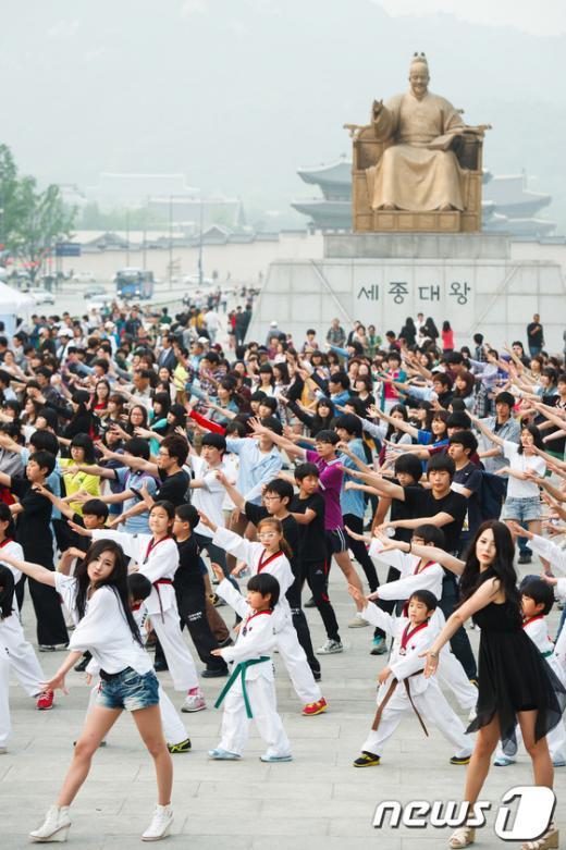 '전 국민 참여 독도사랑 프로젝트'의 일환으로 시작된 독도 플래시몹이 1,000여 명의 시민들이 참여한 가운데 12일 오후 서울 광화문 광장에서 펼쳐지고 있다. News1 유승관 기자