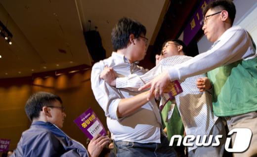 [사진]'멱살잡이'로 번진 통합민주당 중앙위원회