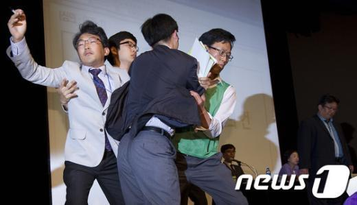 [사진]의장석 난입하는 통진당 당원들