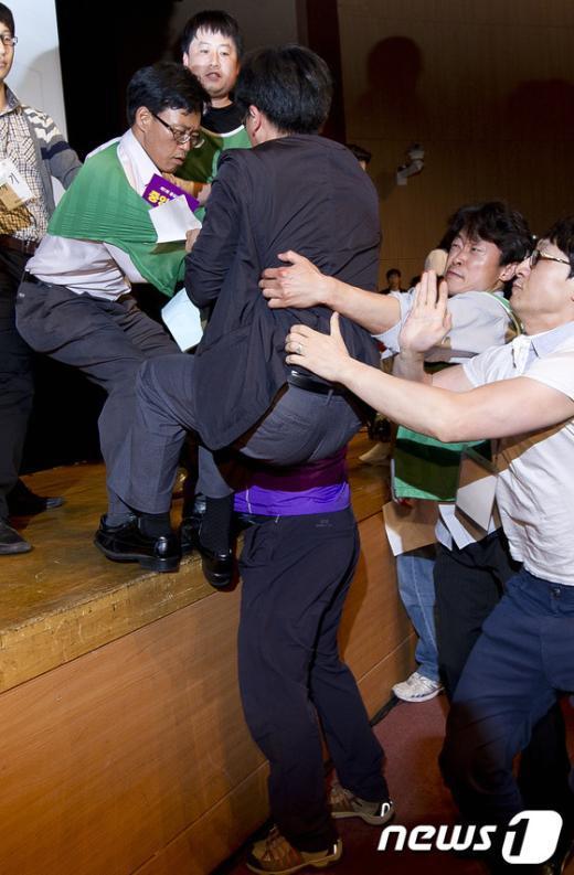 [사진]'중앙위 중단해!' 의장석 난입하는 중앙위원
