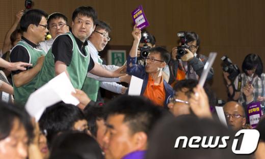 [사진]의장석 난입하는 통진당 중앙위원