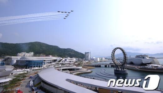 12일 오전 '살아있는 바다, 숨쉬는 연안'을 주제로 93일간의 대장정에 들어간 2012 여수세계박람회 개장일에 공군 블랙이글스 곡예비행단이 축하비행을 하고 있다. News1 박철중 기자