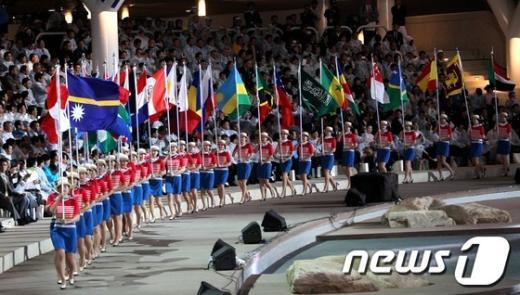 2012 여수세계박람회 개막식이 열린 11일 저녁 전남 여수시 박람회장 해상무대로 기수단이 입장하고 있다.  News1 홍봉진 기자