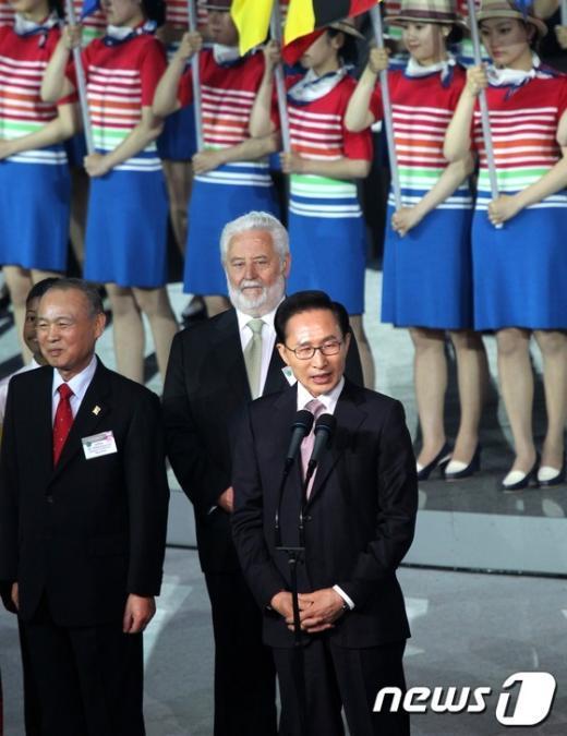 2012 여수세계박람회 개막식이 열린 11일 저녁 전남 여수시 박람회장 해상무대에서 이명박 대통령이 개막선언을 하고 있다.  News1 홍봉진 기자
