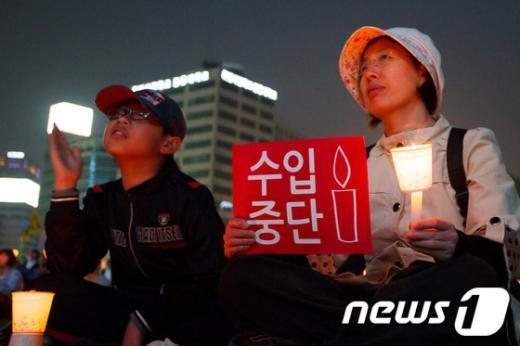 [사진]'촛불 모자(母子)'
