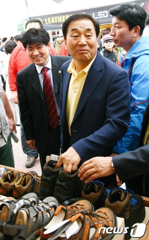 [사진]이재오 의원, '등산화 신어볼까?'