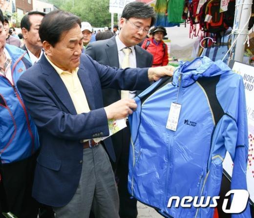 [사진]등산복 살피는 이재오 의원