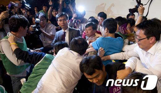 [사진]아수라장으로 변한 통진당 중앙위