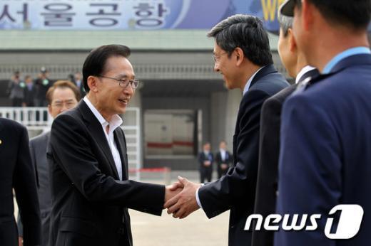 [사진]한중일 정상회의 위해 출국하는 이명박 대통령