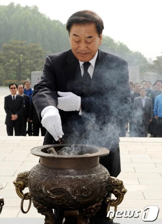 [사진]이재오 의원, 4.19 민주묘지 참배