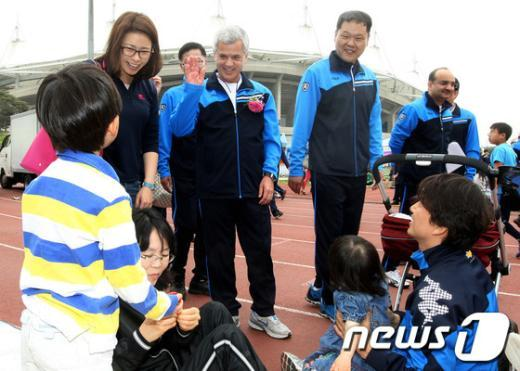 [사진]어린이들과 인사 나누는 세르지오 호샤 지엠사장