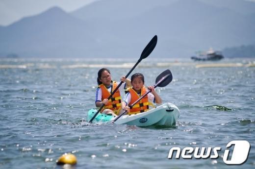 여수시가 오는 31일부터 개최할 해양레저스포츠 무료행사중 하나인 카약./사진제공=여수시 News1