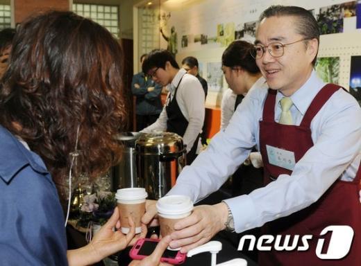 [사진]유지수 총장, 국민대 바리스타 자처