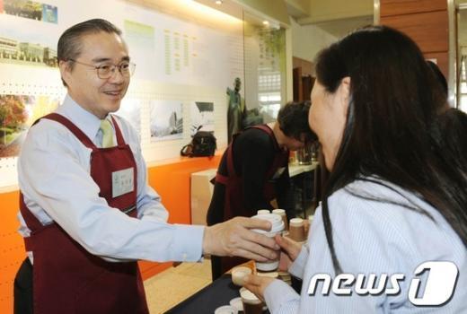 [사진]학부모에 커피 전하는 유지수 총장