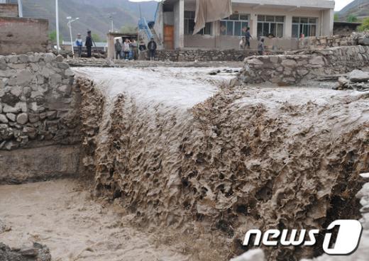 중국 깐수성(甘肅省) 우박폭우로 11일 진흙물이 흘러 내리고 있다. AFP=News1