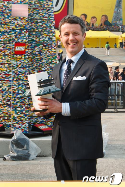 [사진]레고 타워 완성하러 온 덴마크 왕세자